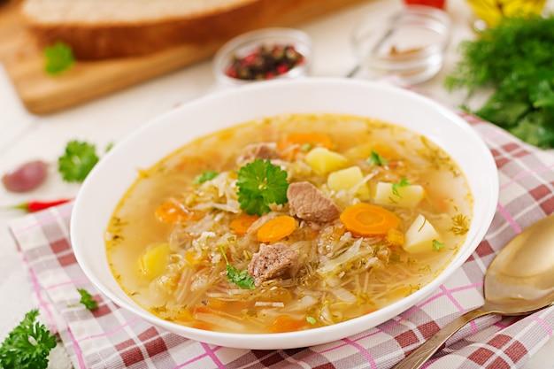 Traditionelle russische suppe mit kohl - sauerkrautsuppe.