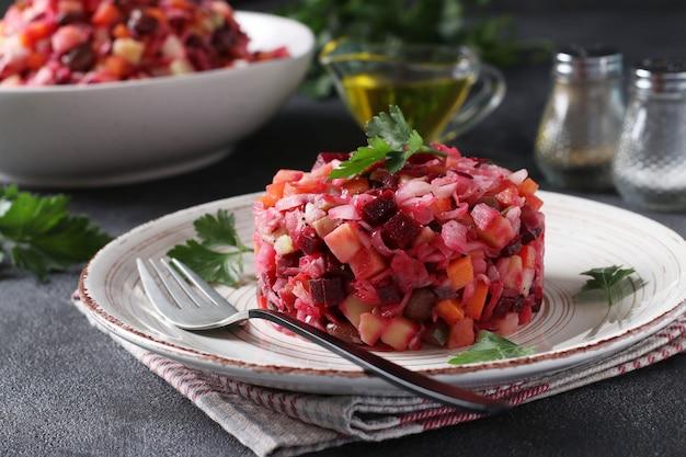 Traditionelle salatvinaigrette aus rüben, kartoffeln, karotten, bohnen, essiggurken, zwiebeln und pflanzenöl