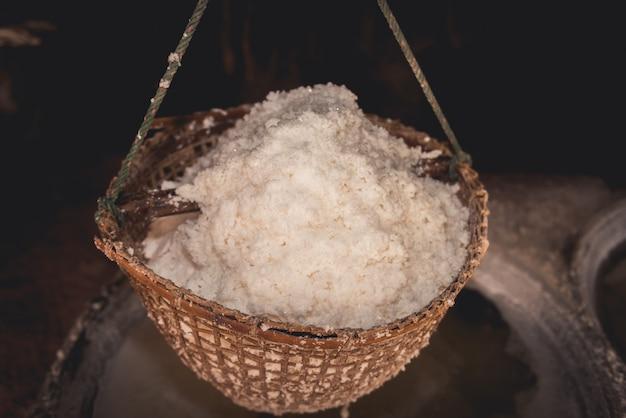 Traditionelle salzgewinnung im bezirk boklua, provinz nan