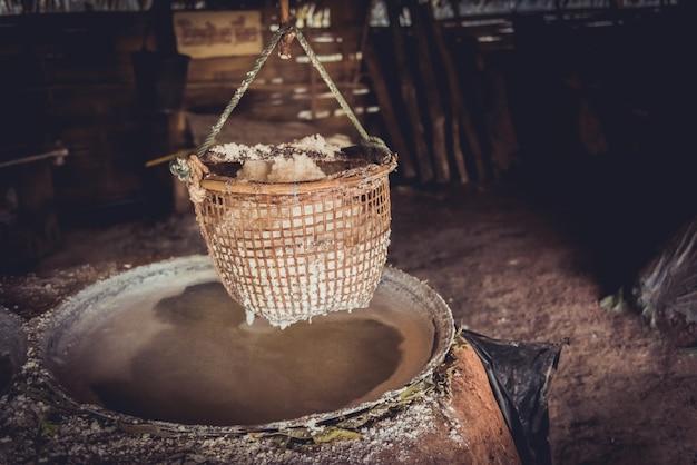 Traditionelle salzherstellung in boklua district, provinz nan