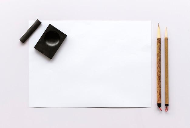 Traditionelle schreibensbürste der nahaufnahme japan auf tabelle. draufsicht und über licht