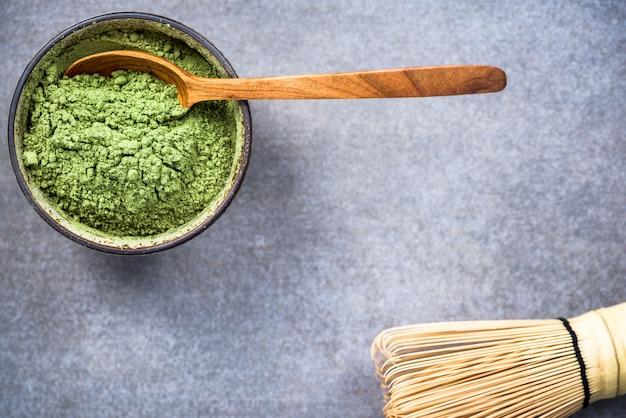 Traditionelle schüssel mit grünem matcha-teepulver