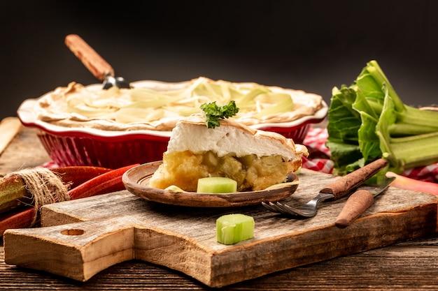 Traditionelle schwedische küche. fertig frisch gebackene hausgemachte torte mit rhabarber und baiser. shortbread. rustikaler stil. speicherplatz kopieren