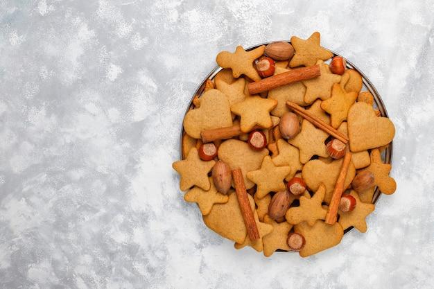 Traditionelle selbst gemachte lebkuchenplätzchen auf grauem beton, abschluss oben, weihnachten, draufsicht, ebenenlage