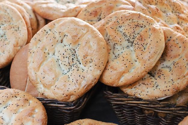 Traditionelle selbst gemachte runde frische gebackene brote im korb