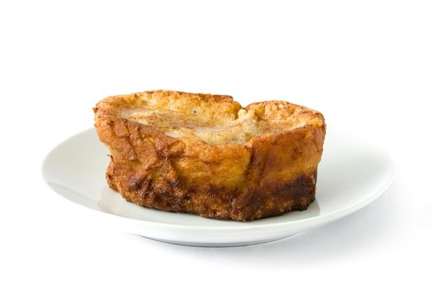 Traditionelle selbst gemachte spanische torrijas lokalisiert auf weißem oberflächenosternachtisch.