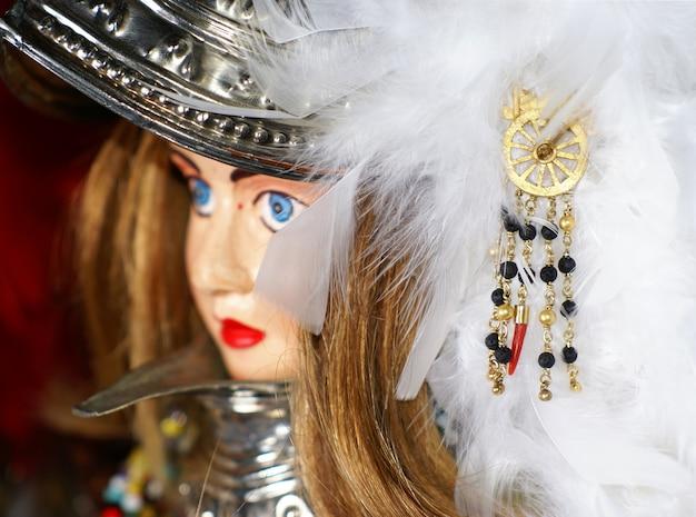 Traditionelle sizilianische marionette und handgefertigter schmuck