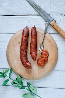 Traditionelle spanische chorizo auf küchenbrett