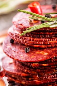 Traditionelle spanische chorizo-salami mit frischen kräutern knoblauchpfeffer und peperoni