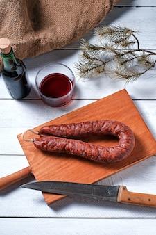 Traditionelle spanische chorizo und ein glas rotwein