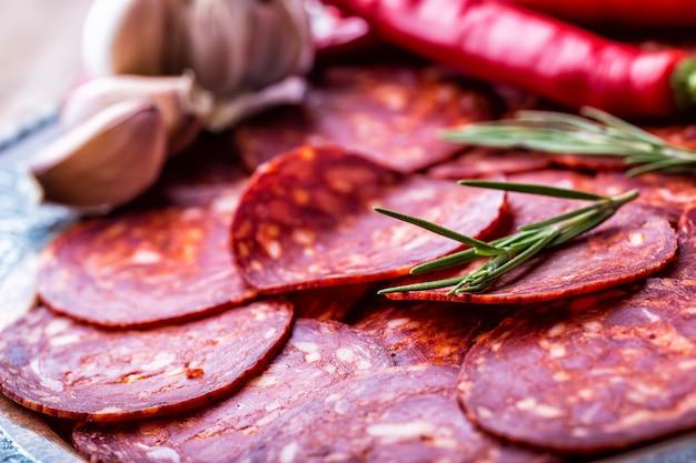 Traditionelle spanische chorizo-wurst mit frischen kräutern knoblauchpfeffer und chilischoten