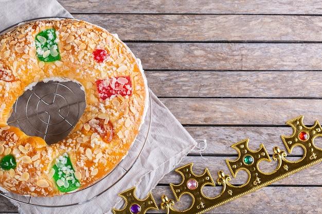 Traditionelle spanische epiphanie-torte roscon de reyes mit festlicher dekoration