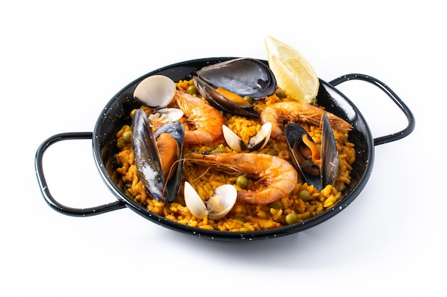 Traditionelle spanische paella mit meeresfrüchten isoliert auf weißem hintergrund