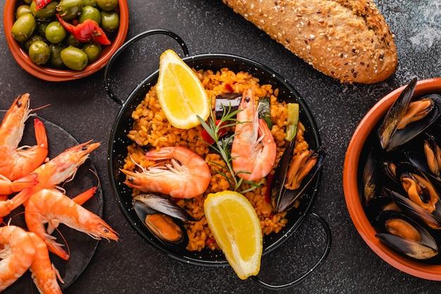 Traditionelle spanische paella mit meeresfrüchten