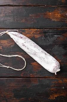 Traditionelle spanische trockene longaniza-wurst auf hölzernem hintergrund.