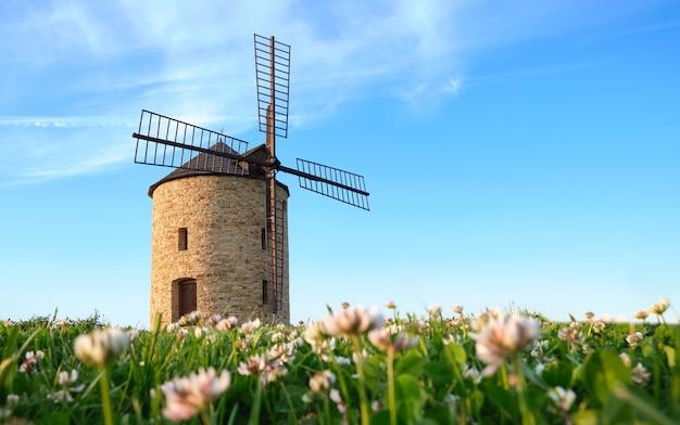 Traditionelle steinwindmühle am sommerabend