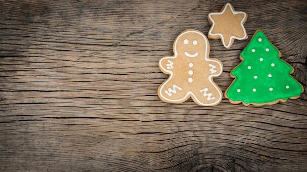 Traditionelle süße weihnachtsplätzchen auf holzuntergrund