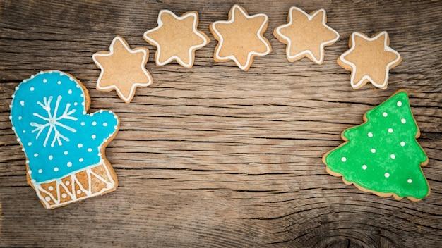 Traditionelle süße weihnachtsplätzchen auf holzuntergrund Premium Fotos