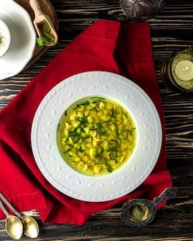 Traditionelle suppe dushbara mit viel grün