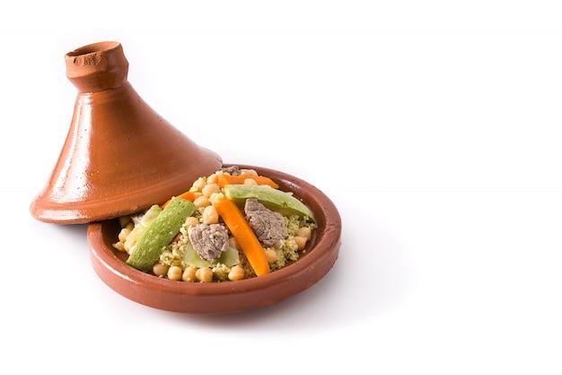 Traditionelle tajine mit gemüse, kichererbsen, fleisch und couscous isoliert auf weißem oberflächenkopierraum