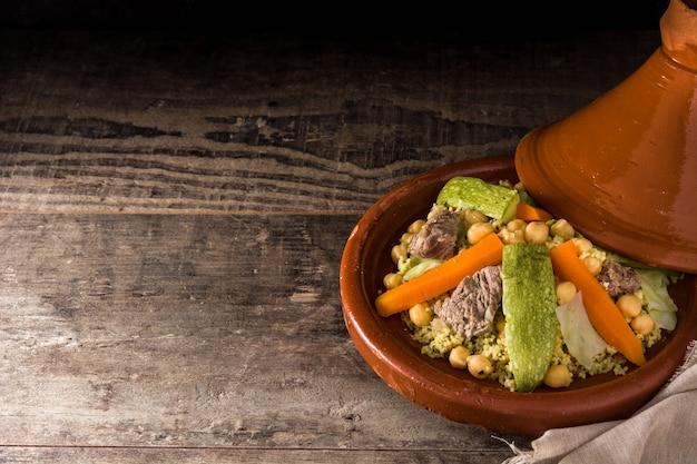 Traditionelle tajine mit gemüse, kichererbsen, fleisch und couscous