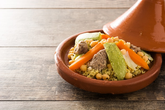 Traditionelle tajine mit gemüse, kichererbsen und fleisch
