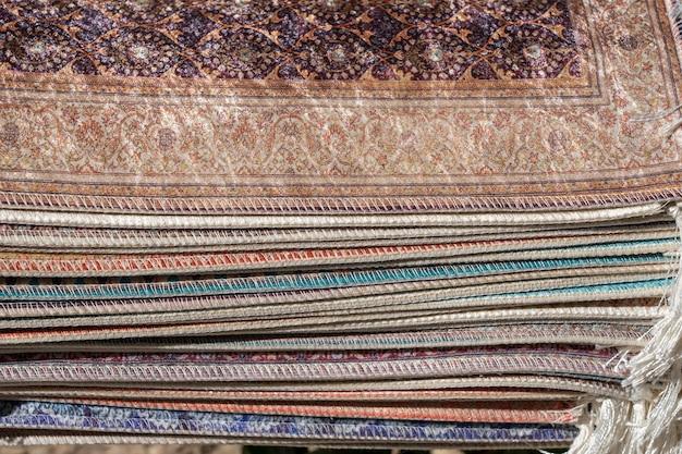 Traditionelle teppiche zum verkauf an einem straßenmarktstand in bodrum, türkei. nahaufnahme