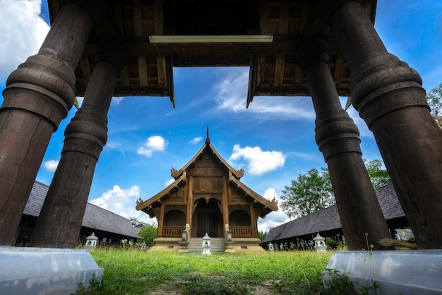 Traditionelle thailändische architektur in der lanna-art des tempels in lampang, thailand.
