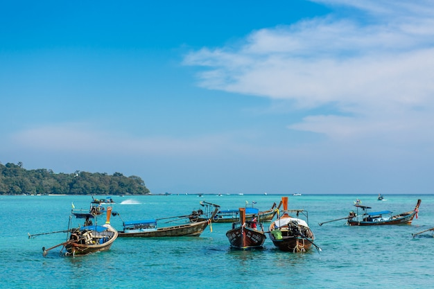 Traditionelle thailändische fischerboote mit farbigen bändern umwickelt.