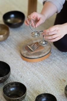 Traditionelle tibetische klangtherapie mit klangschalen und becken orientalische massage zur meditation
