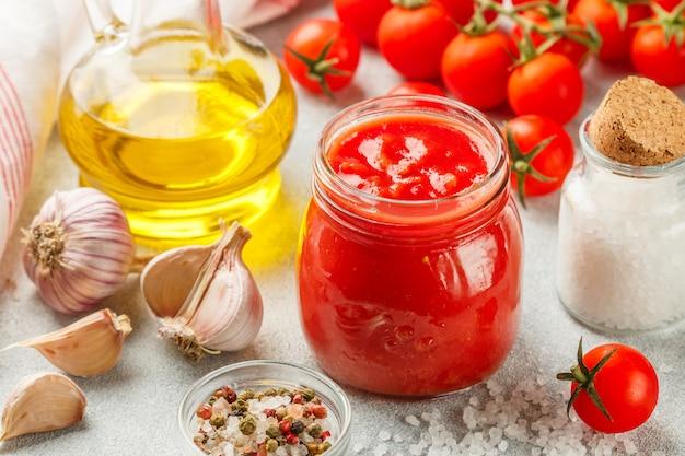 Traditionelle tomatensauce in einem glas mit knoblauch und gewürzen