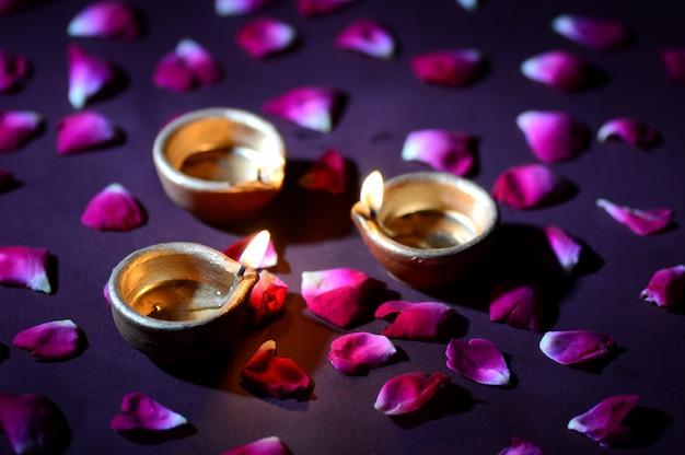 Traditionelle ton-diya-lampen, die während der diwali-feier beleuchtet werden