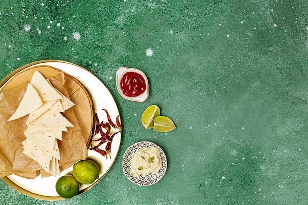 Traditionelle tortilla mit dips und peperoni
