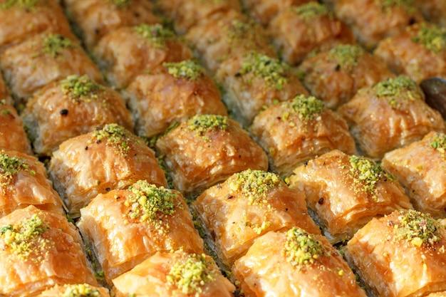 Traditionelle türkische baklavabonbons im offenen buffet in einem hotel in der türkei