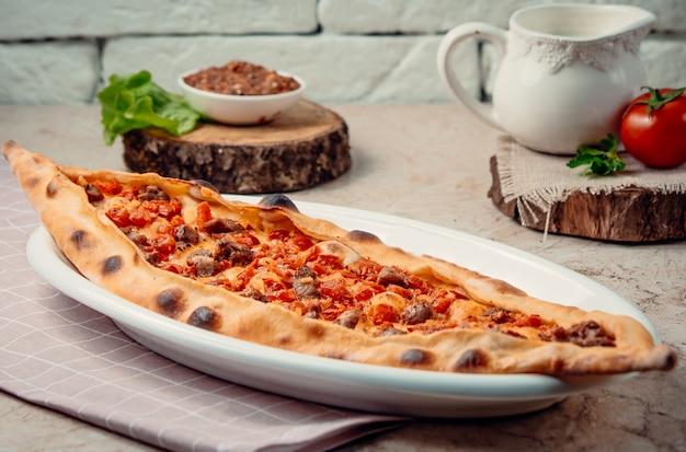 Traditionelle türkische fleischpide auf dem tisch