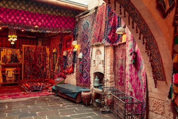 Traditionelle türkische handgemachte teppiche im souvenirladen.