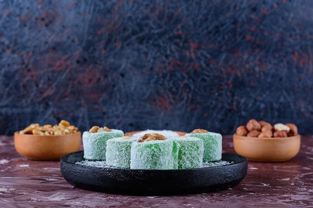 Traditionelle türkische köstlichkeiten mit kokosnusspulver und gesunden nüssen