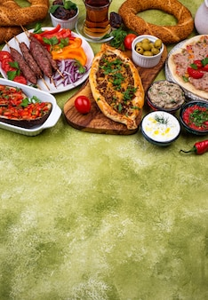 Traditionelle türkische oder nahöstliche gerichte. kebab, meze, pide, lahmajoun, tee und kaffee