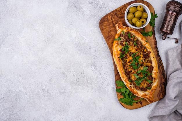 Traditionelle türkische pide mit fleisch