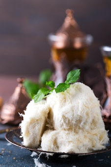Traditionelle türkische zuckerwatte namens pismaniye in vintage-platte