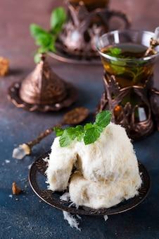 Traditionelle türkische zuckerwatte nannte pismaniye in der weinleseplatte mit tee auf stein