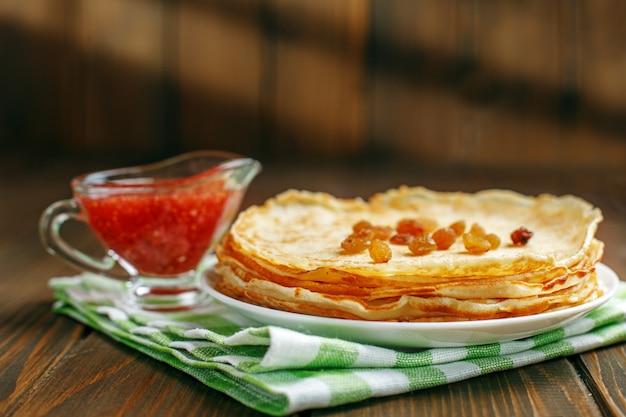 Traditionelle ukrainische oder russische pfannkuchen mit rosinen und marmelade.