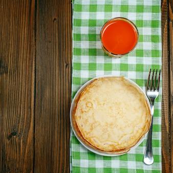 Traditionelle ukrainische oder russische pfannkuchen und saft.