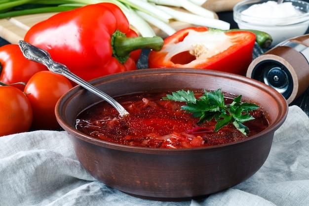 Traditionelle ukrainische russische gemüse-borschtschsuppe auf der alten holzoberfläche
