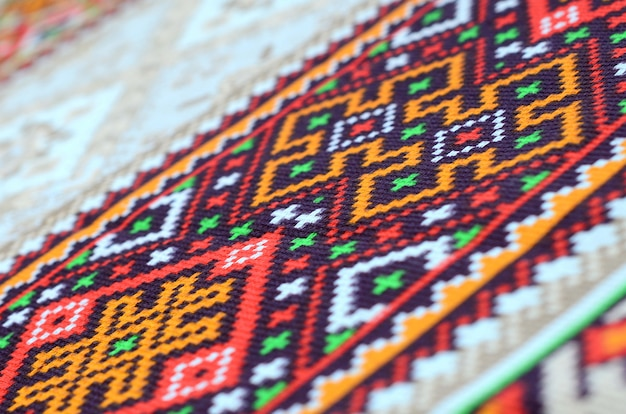 Traditionelle ukrainische volkskunst strickte stickmuster auf textilgewebe