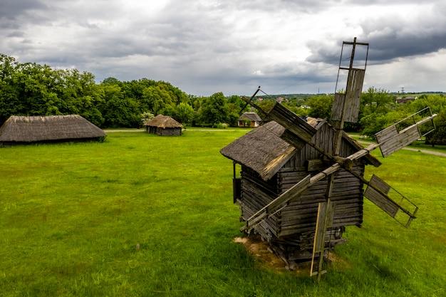 Traditionelle ukrainische windmühle aus holz im museum für nationale architektur in pirogovo.