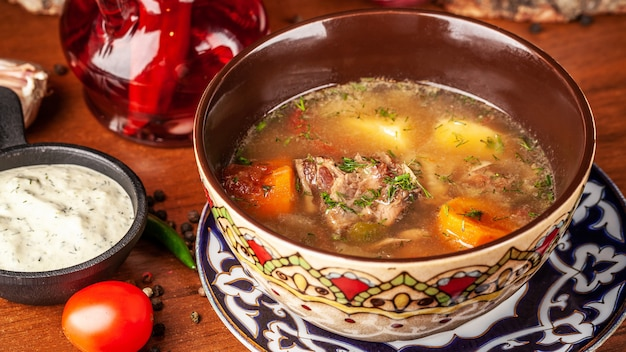 Traditionelle usbekische orientalische küche. suppe mit lammfleisch
