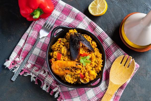 Traditionelle valencianische und spanische paella mit reis und meeresfrüchten