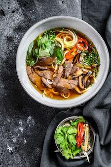 Traditionelle vietnamesische suppe pho bo mit kräuterfleisch reis reisnudeln brühe