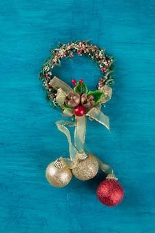 Traditionelle weihnachtsdekoration. kranz mit blau.